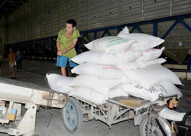 Gạo Việt Nam rớt giá vì Trung Quốc bất ngờ giảm mua - Ảnh 1.