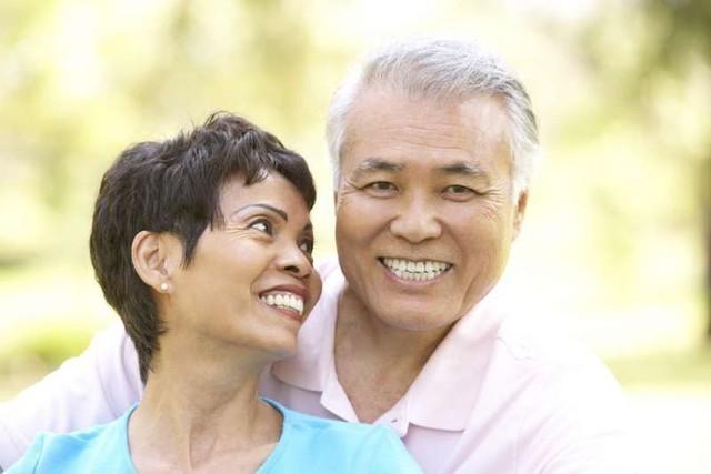 Chuyện thật như đùa: Bạn có thể trẻ khỏe, sống lâu hơn nhờ tự… đánh lừa số tuổi của chính mình - Ảnh 1.