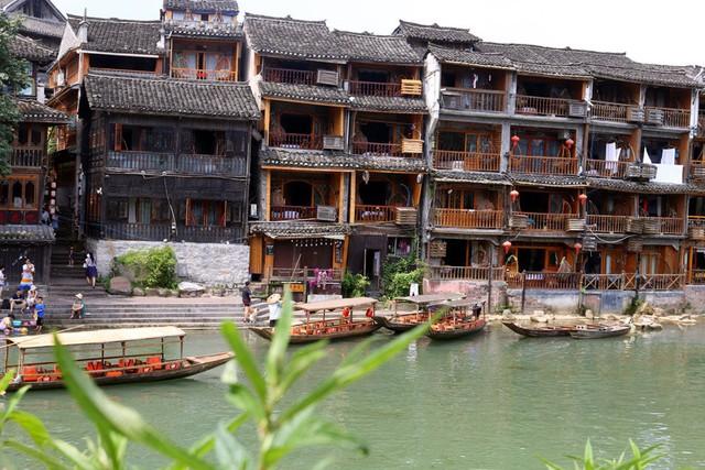 50 ngàn khách Việt, nhẵn túi khi đến Phượng Hoàng cổ trấn - Ảnh 2.