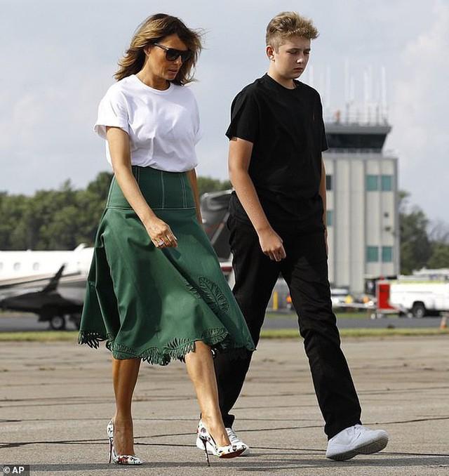 Tổng thống Trump nắm tay vợ đầy tình cảm sau kì nghỉ hè nhưng cậu út Barron lại chiếm spotlight với ngoại hình khác lạ - Ảnh 1.