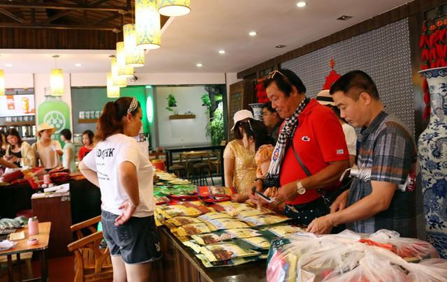 50 ngàn khách Việt, nhẵn túi khi đến Phượng Hoàng cổ trấn - Ảnh 11.