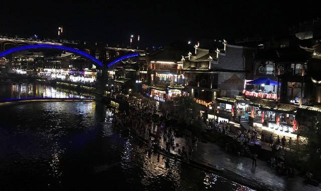 50 ngàn khách Việt, nhẵn túi khi đến Phượng Hoàng cổ trấn - Ảnh 3.