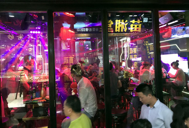 50 ngàn khách Việt, nhẵn túi khi đến Phượng Hoàng cổ trấn - Ảnh 4.