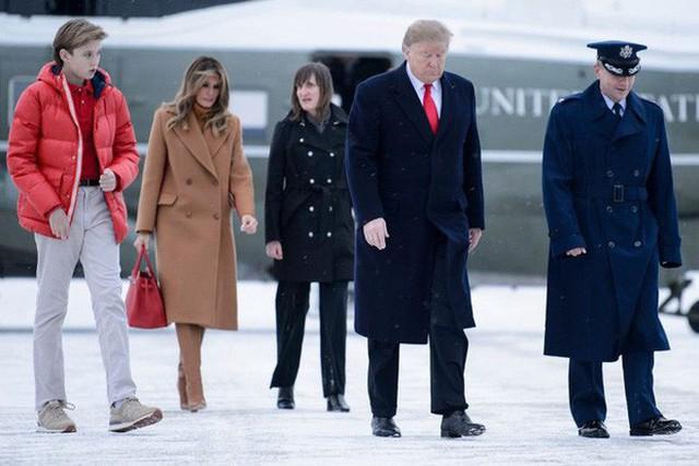 Tổng thống Trump nắm tay vợ đầy tình cảm sau kì nghỉ hè nhưng cậu út Barron lại chiếm spotlight với ngoại hình khác lạ - Ảnh 8.