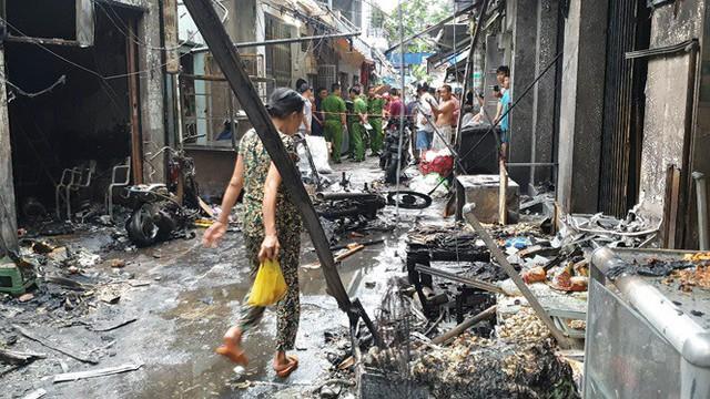 Nổ bình gas mini thiêu rụi 6 ki ốt cùng nhiều xe máy ở Sài Gòn - Ảnh 1.