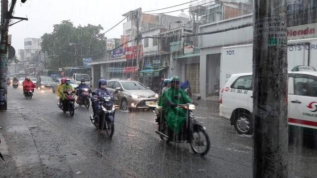 Mưa dai dẳng suốt trưa, người Sài Gòn lại băng băng lướt sóng - Ảnh 12.