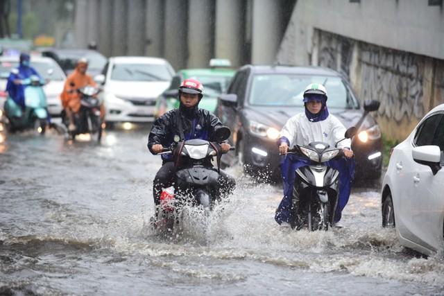 Mưa dai dẳng suốt trưa, người Sài Gòn lại băng băng lướt sóng - Ảnh 5.