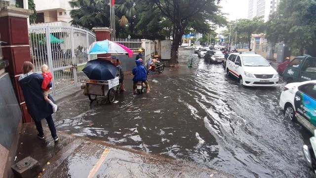 Mưa dai dẳng suốt trưa, người Sài Gòn lại băng băng lướt sóng - Ảnh 7.