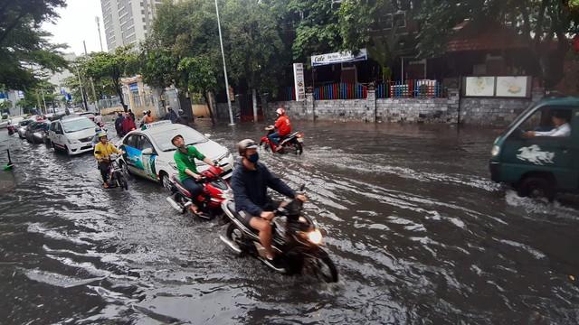 Mưa dai dẳng suốt trưa, người Sài Gòn lại băng băng lướt sóng - Ảnh 8.