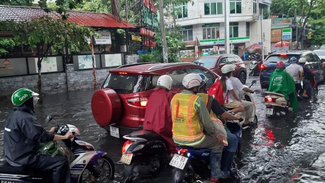 Mưa dai dẳng suốt trưa, người Sài Gòn lại băng băng lướt sóng - Ảnh 9.