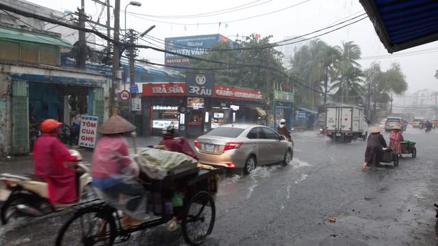 Mưa dai dẳng suốt trưa, người Sài Gòn lại băng băng lướt sóng - Ảnh 10.