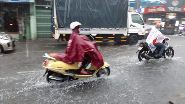 Mưa dai dẳng suốt trưa, người Sài Gòn lại băng băng lướt sóng - Ảnh 11.