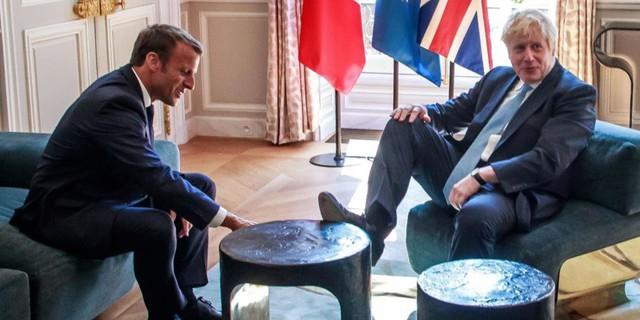 Thủ tướng Anh gây tranh cãi với hành động gác chân lên bàn khi gặp Tổng thống Pháp - Ảnh 1.