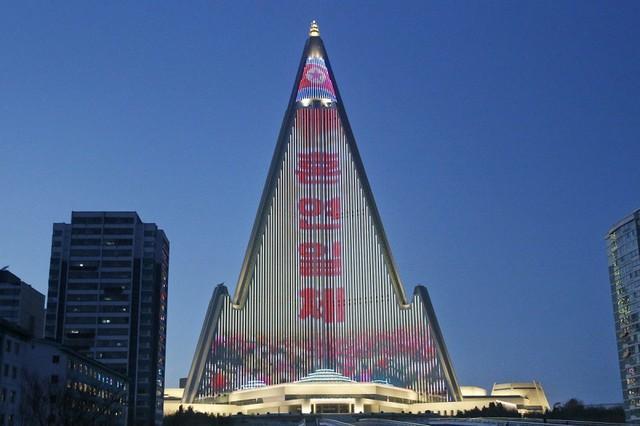 Lạ lùng khách sạn cao nhất Triều Tiên 30 năm hoang lạnh không người - Ảnh 1.