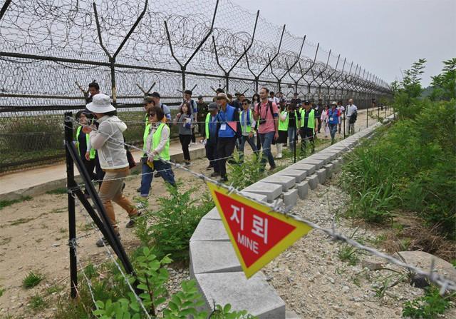 Trải nghiệm du lịch ở vùng biên giới đáng sợ nhất thế giới qua con mắt nhà báo nước ngoài: Tản bộ giữa các bãi mìn, binh sĩ kè kè mọi lúc, mọi nơi! - Ảnh 2.