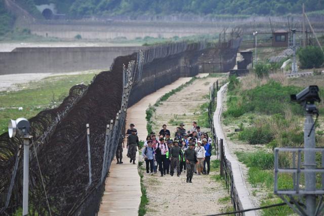 Trải nghiệm du lịch ở vùng biên giới đáng sợ nhất thế giới qua con mắt nhà báo nước ngoài: Tản bộ giữa các bãi mìn, binh sĩ kè kè mọi lúc, mọi nơi! - Ảnh 4.
