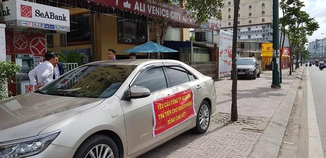 Khách hàng đến trụ sở Alibaba căng băng rôn đòi tiền - Ảnh 1.