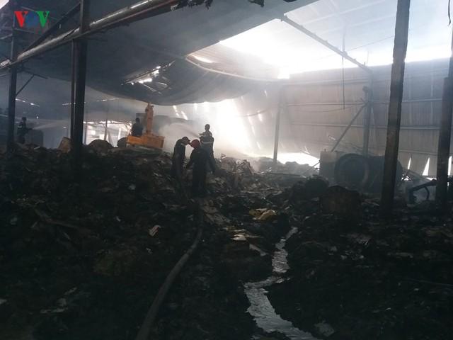 Cháy nhà máy giấy ở Tiền Giang lúc rạng sáng, thiệt hại gần 10 tỷ đồng - Ảnh 1.