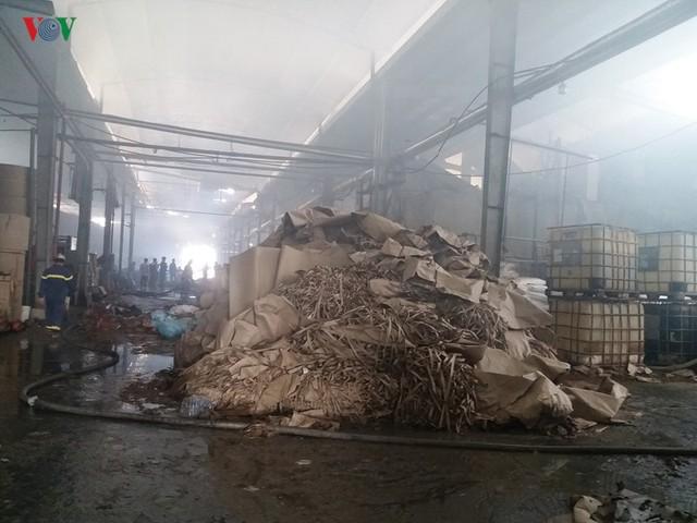 Cháy nhà máy giấy ở Tiền Giang lúc rạng sáng, thiệt hại gần 10 tỷ đồng - Ảnh 2.