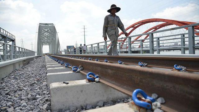 Cầu đường sắt trăm tỷ ở Sài Gòn trước ngày thông xe - Ảnh 2.