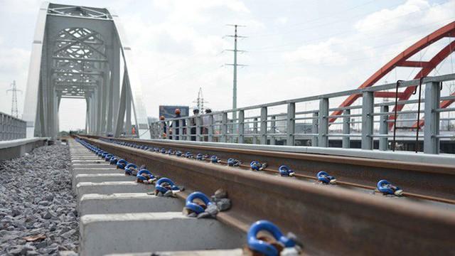 Cầu đường sắt trăm tỷ ở Sài Gòn trước ngày thông xe - Ảnh 11.