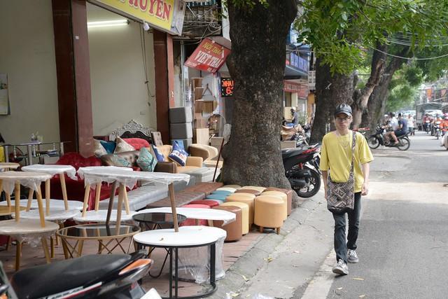 Nhức nhối những tuyến vỉa hè biến thành xưởng sản xuất ở Hà Nội - Ảnh 7.