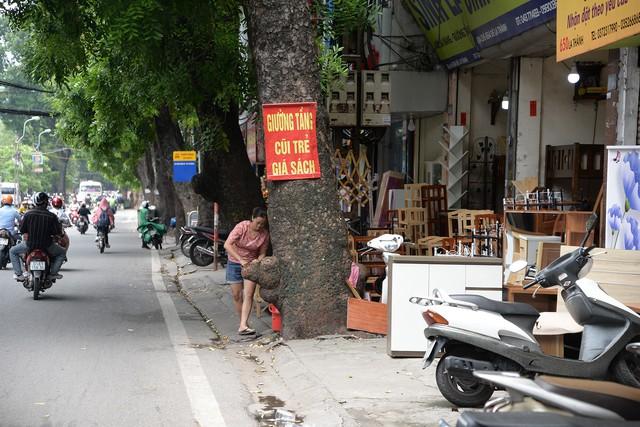 Nhức nhối những tuyến vỉa hè biến thành xưởng sản xuất ở Hà Nội - Ảnh 8.