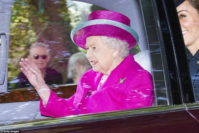 Công nương Kate tái xuất rạng rỡ bên Nữ hoàng Anh cùng gia đình chồng, còn em dâu Meghan Markle lặn mất hút sau một loạt vụ lùm xùm - Ảnh 1.