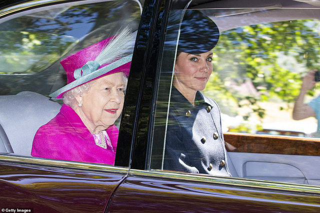 Công nương Kate tái xuất rạng rỡ bên Nữ hoàng Anh cùng gia đình chồng, còn em dâu Meghan Markle lặn mất hút sau một loạt vụ lùm xùm - Ảnh 2.