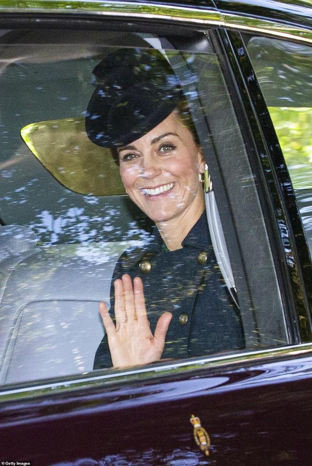Công nương Kate tái xuất rạng rỡ bên Nữ hoàng Anh cùng gia đình chồng, còn em dâu Meghan Markle lặn mất hút sau một loạt vụ lùm xùm - Ảnh 4.