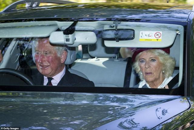 Công nương Kate tái xuất rạng rỡ bên Nữ hoàng Anh cùng gia đình chồng, còn em dâu Meghan Markle lặn mất hút sau một loạt vụ lùm xùm - Ảnh 6.