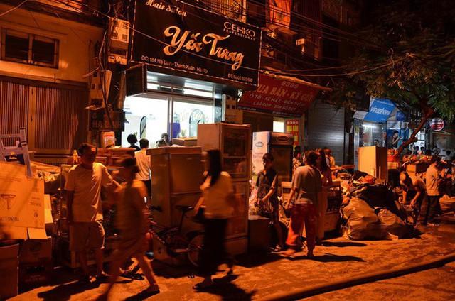 Hà Nội: Đang cháy ngùn ngụt tại nhà máy phích nước Rạng Đông - Ảnh 1.