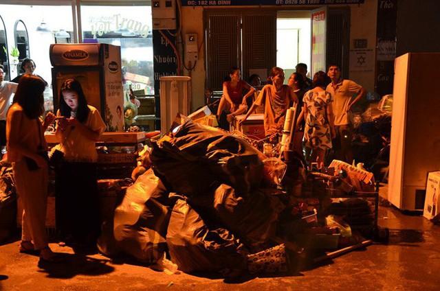 Hà Nội: Đang cháy ngùn ngụt tại nhà máy phích nước Rạng Đông - Ảnh 2.
