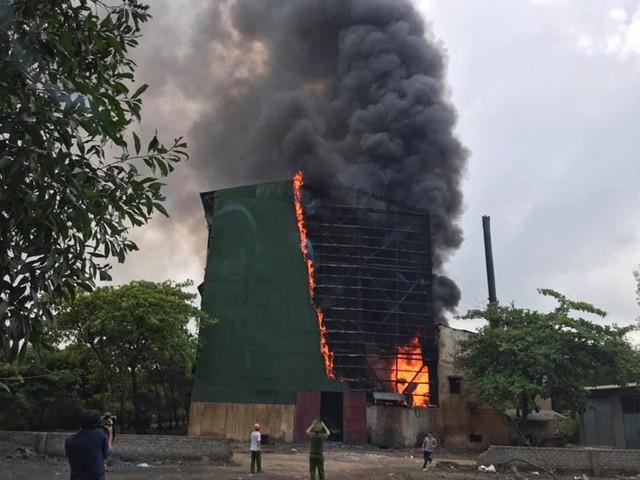 Cháy dữ dội biến lò luyện thiếc ở Nghệ An thành cột khói khổng lồ - Ảnh 1.