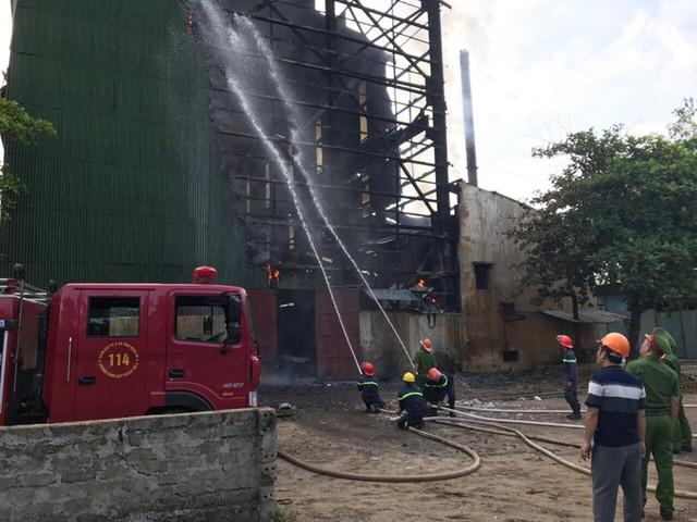 Cháy dữ dội biến lò luyện thiếc ở Nghệ An thành cột khói khổng lồ - Ảnh 2.
