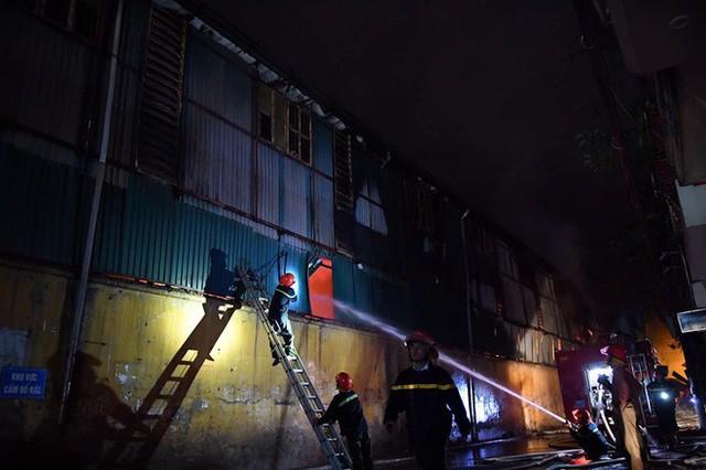Hà Nội: Đang cháy ngùn ngụt tại nhà máy phích nước Rạng Đông - Ảnh 5.