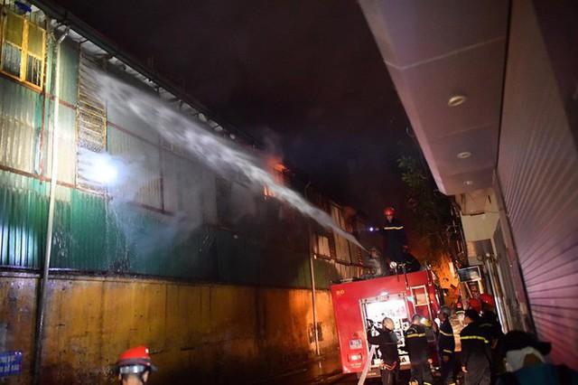 Hà Nội: Đang cháy ngùn ngụt tại nhà máy phích nước Rạng Đông - Ảnh 6.