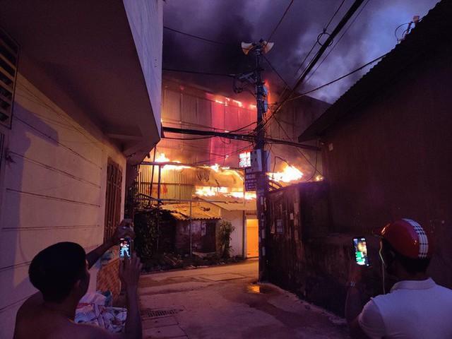 Hà Nội: Đang cháy ngùn ngụt tại nhà máy phích nước Rạng Đông - Ảnh 15.