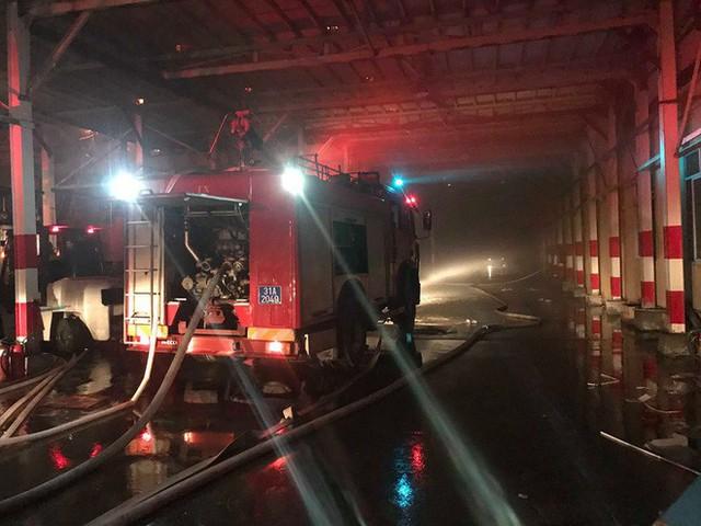 Hà Nội: Đang cháy ngùn ngụt tại nhà máy phích nước Rạng Đông - Ảnh 16.