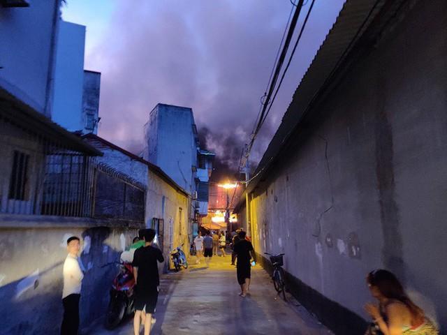 Hà Nội: Đang cháy ngùn ngụt tại nhà máy phích nước Rạng Đông - Ảnh 17.