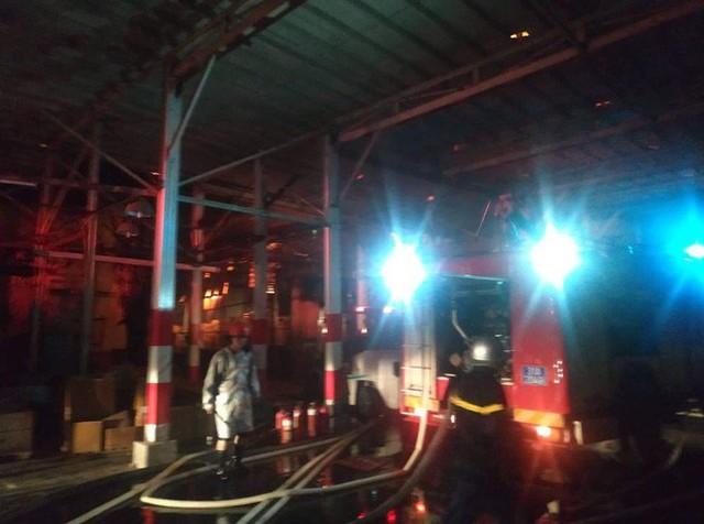 Hà Nội: Đang cháy ngùn ngụt tại nhà máy phích nước Rạng Đông - Ảnh 18.