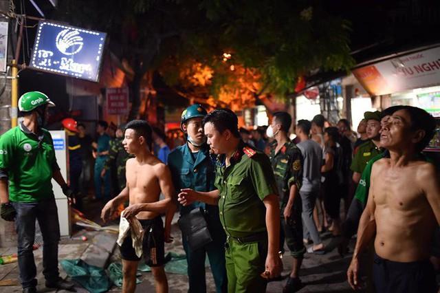 Hà Nội: Đang cháy ngùn ngụt tại nhà máy phích nước Rạng Đông - Ảnh 8.