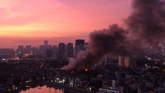 Hà Nội: Đang cháy ngùn ngụt tại nhà máy phích nước Rạng Đông - Ảnh 12.