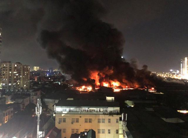 Hà Nội: Đang cháy ngùn ngụt tại nhà máy phích nước Rạng Đông - Ảnh 13.