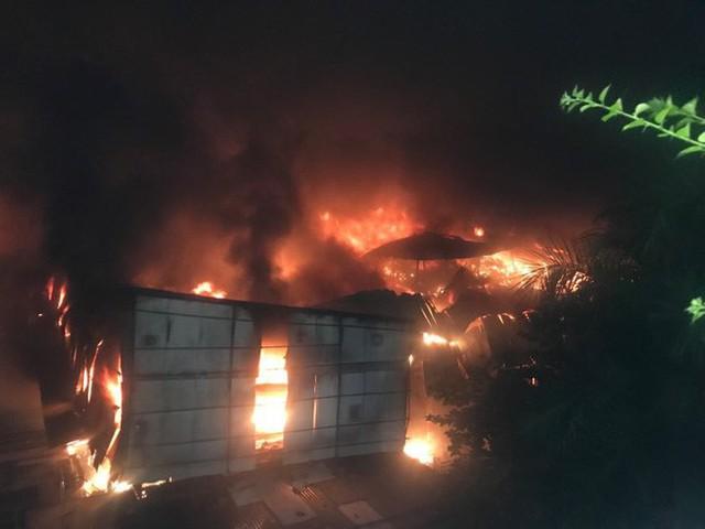 Hà Nội: Đang cháy ngùn ngụt tại nhà máy phích nước Rạng Đông - Ảnh 14.