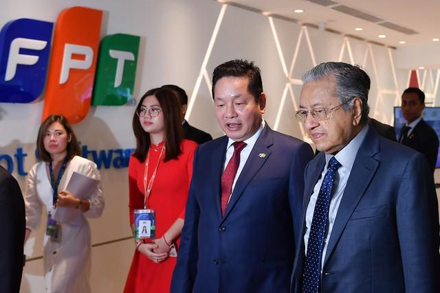 Thủ tướng Malaysia đối thoại với sinh viên Việt: Người dân Malaysia không dễ dàng tiếp cận công nghệ mới như ở Việt Nam - Ảnh 2.