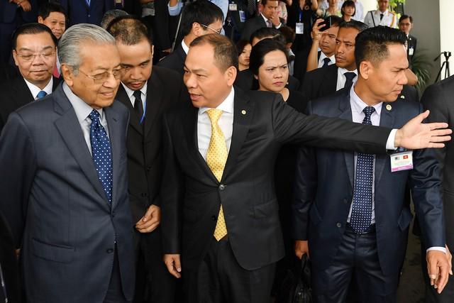 Toàn cảnh màn lái thử xe Vinfast với vận tốc 100 km/h của Thủ tướng 94 tuổi Mahathir Mohamad - Ảnh 2.