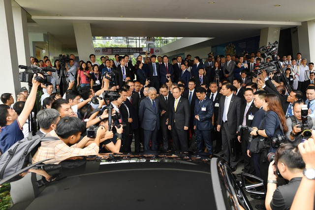 Toàn cảnh màn lái thử xe Vinfast với vận tốc 100 km/h của Thủ tướng 94 tuổi Mahathir Mohamad - Ảnh 3.