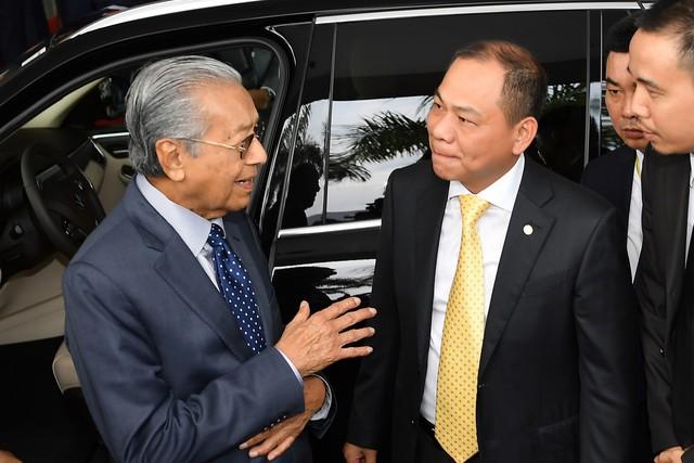 Toàn cảnh màn lái thử xe Vinfast với vận tốc 100 km/h của Thủ tướng 94 tuổi Mahathir Mohamad - Ảnh 8.