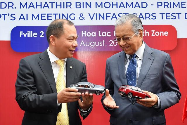 Toàn cảnh màn lái thử xe Vinfast với vận tốc 100 km/h của Thủ tướng 94 tuổi Mahathir Mohamad - Ảnh 10.